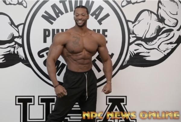 Der regierende Mr Olympia in der Men´s Physique beim Posing-Training